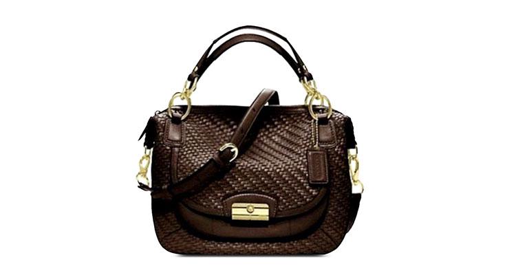 COACH,1941年始于纽约,如今已成为全球领先的美国精致奢华手袋、配饰和礼物的品牌。产品系列包括女士手袋、男士包款、男士及女士小皮具、鞋履、服饰、手表、旅行用品、围巾、太阳眼镜、香水、时尚首饰等。COACH代表美式创新风格和传统手法,以简洁、耐用的风格特色赢得消费者的喜爱,其产品保持着上乘的用料和工艺的高质量水准,这一贯穿始终的品牌宗旨,是COACH成功的基石。