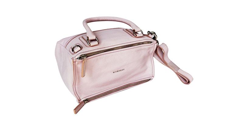 1952年 Givenchy品牌在法国诞生,产品包括:皮具,领带、领带夹、眼镜、配饰、香水等。它是以其创始人、第一位首席设计师休伯特德纪梵希(Hubert de Givenchy)命名的。几十年来,这一品牌一直保持着优雅的风格,在时装界几乎成了优雅的代名词。1953年,Givenchy开始为好莱坞电影明星设计服装,并受到前所未有的欢迎。两个世界著名女性奥黛莉赫本和杰奎琳肯尼迪,分别演绎了Givenchy的经典设计风格:精致高雅典范。1988年,纪梵希Givenchy被法国著名奢侈品集团LVMH所收购。